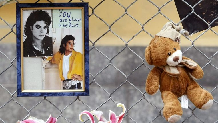 Emotionele taferelen speelden zich af, verdrietige fans troostten elkaar en legden bloemen neer. Foto EPA Beeld