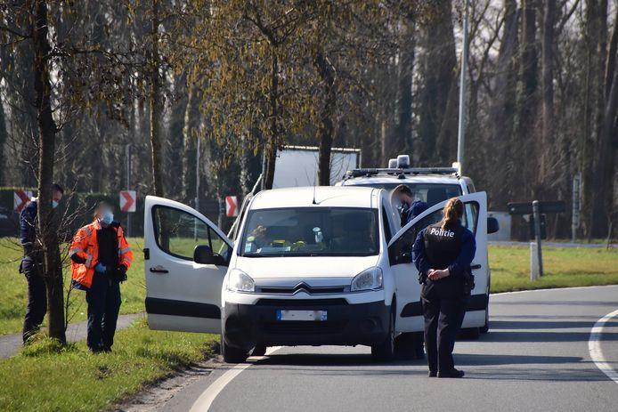 De verdachte Noord-Fransen lieten hun voertuig achter langs de Oudenaardsesteenweg in Kortrijk, op de grens met Zwevegem.