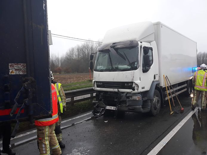 Op de N16 botsten twee vrachtwagens tegen elkaar.