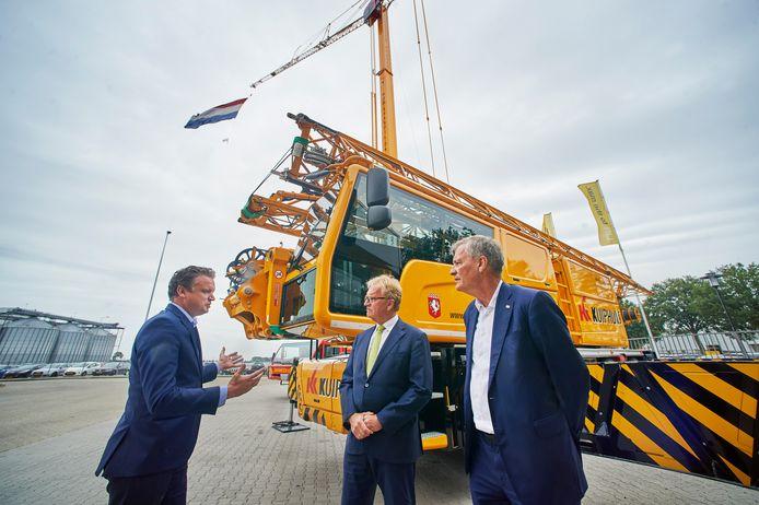 Hans de Boer (m), topman VNO-NCW, op bedrijfsbezoek bij Spierings Mobile Cranes in Oss. Links Koos Spierings, rechts Eric van Schagen (voorzitter Brabantse werkgeversorganisatie).