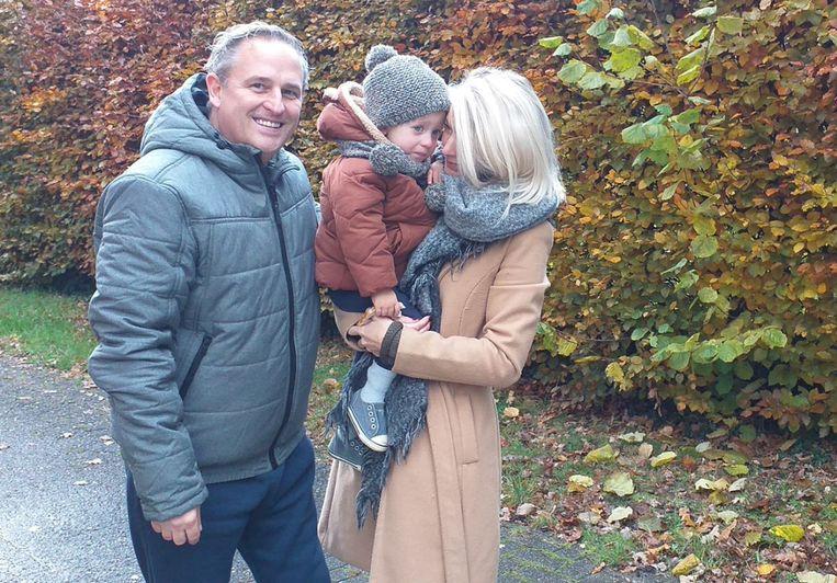 DJ F.R.A.N.K, zijn zoontje Fons (2) en zijn vrouw Iris: het is onduidelijk of Fons nog naar de kleuterschool in de Schotense wijk Elshout zal kunnen gaan