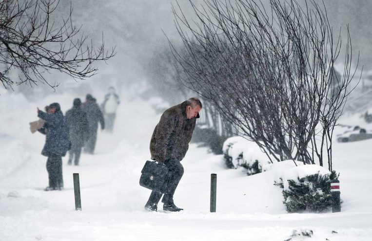 A man walks during a blizzard in Bucharest, Romania, Wednesday, Jan. 29, 2014.  Beeld AP