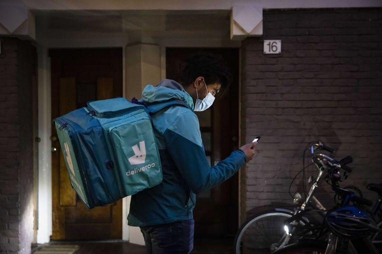 Een maaltijdbezorger van Deliveroo op pad.  Beeld ANP, Ramon van Flymen