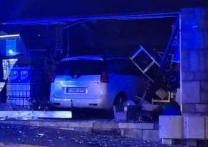 """Suite à une violente sortie de route, un véhicule a fait éclater la vitrine du magasin """"Juste Prix"""" à Ransart."""