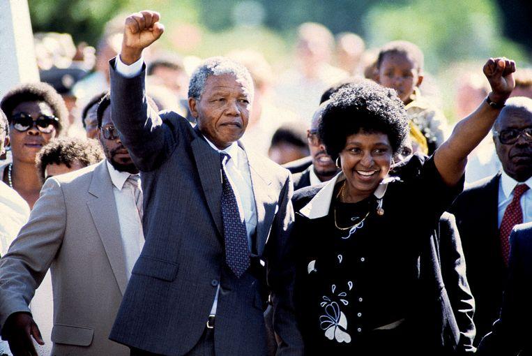 Nelson Mandela verlaat als vrij man de Victor Verster gevangenis  in Paarl op 11 februari 1990, na bijna 27 jaar gevangenisstraf. Rechts Winnie Mandela. Beeld Hollandse Hoogte / Fotografie René Bouwman