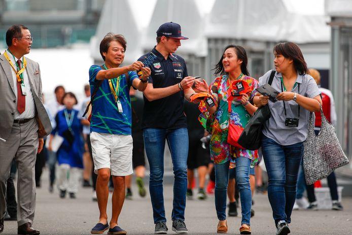 Fans verdringen zich rond Max Verstappen.