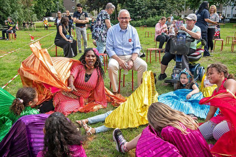Aboutaleb ontmoet buurtbewoners op een feestelijke middag op het Amelandseplein. Beeld Guus Dubbelman / de Volkskrant
