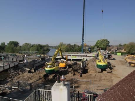 Kijk mee hoe live een betonnen plaat van 600.000 kilo in het spoor wordt geschoven in Tricht