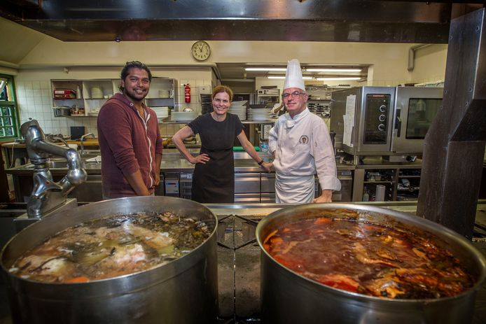 Wisseling van de wacht, maar wel geleidelijk, in de keuken van de Karpendonkse Hoeve. Links Ryan Bahadoer, rechts Peter Koehn; in het midden Ingrid van Eeghem.