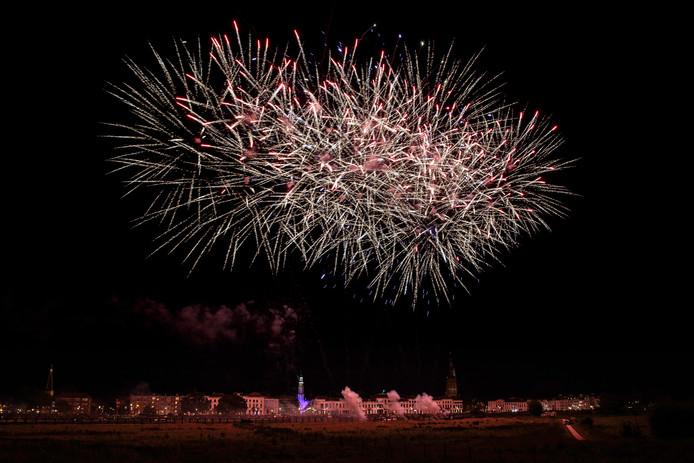 De kleurenpracht van de jaarlijkse vuurwerkshow boven de skyline aan de IJssel bij Zutphen tijdens de kermis.