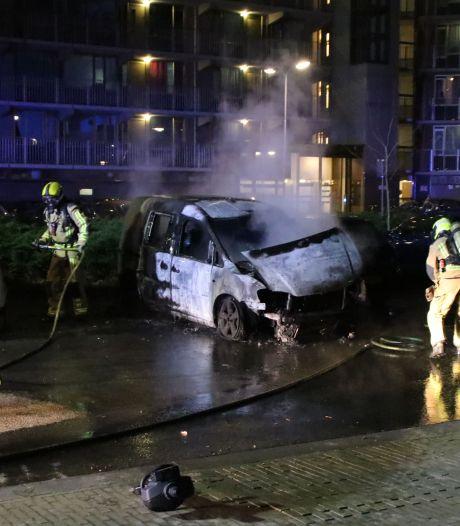 Brandweer ontdekt gasflessen in brandende auto