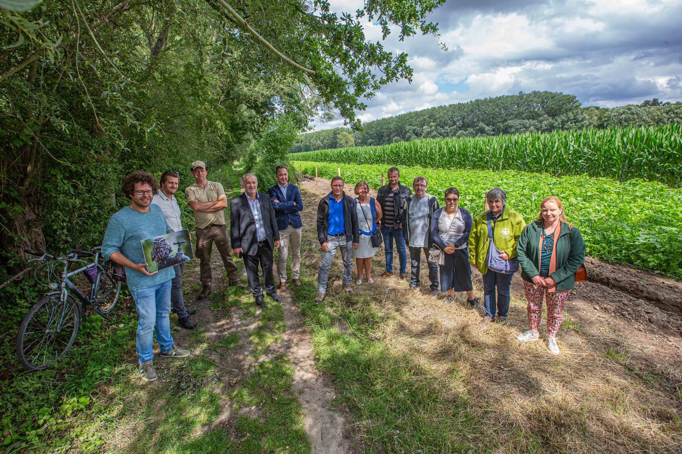 De betrokkenen van Plan Steenuil aan de nieuwe wandelweg, een eerste realisatie binnen het project.