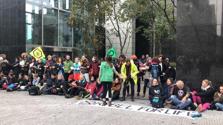 Klimaatactivisten voerden dinsdag actie bij het gebouw van ABN Amro op de Zuidas.  Beeld Joy Leering