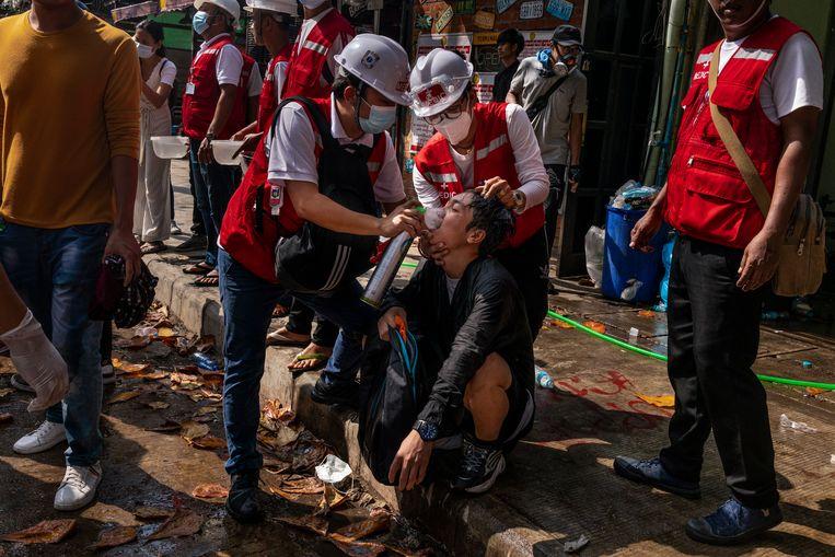 Medische hulpdiensten dienen zuurstof toe bij demonstranten die zijn blootgesteld aan traangas. Beeld Getty Images