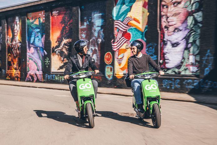 Op de groene deelscooters van GO Sharing Apeldoorn, Deventer en Zwolle hoef je nu nog geen helm te dragen, maar daar komt binnen enkele maanden verandering in.