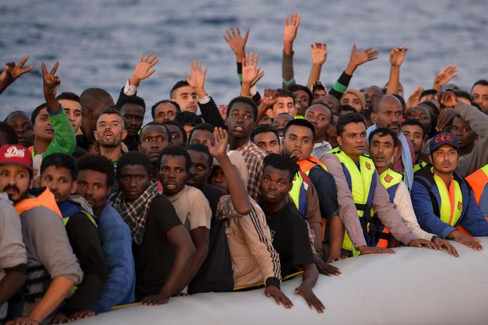 Afrikaanse vluchtelingen op een boot vlak bij de kust van Malta.