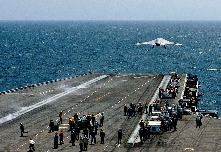 An X-47B pilot-less drone combat aircraft is launched from the deck of the USS George H. W. Bush aircraft carrier in the Atlantic Ocean off the coast of Norfolk, Virginia, July 10, 2013.   REUTERS/Rich-Joseph Facun   (UNITED STATES - Tags: MILITARY SCIENCE TECHNOLOGY) Beeld null