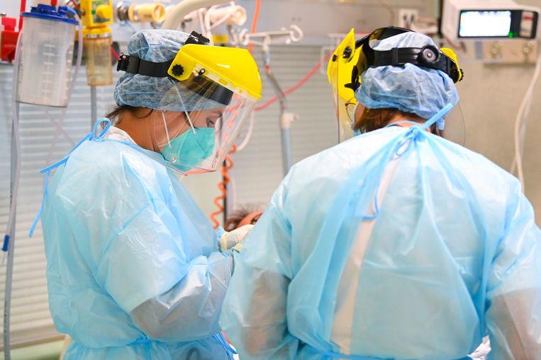 Zorgpersoneel aan het werk in het Luikse ziekenhuis CHR Citadelle. Beeld Photo News