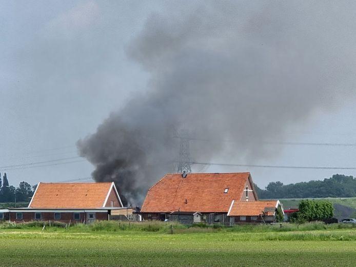 Veel rook bij een schuurbrand in Bornerbroek