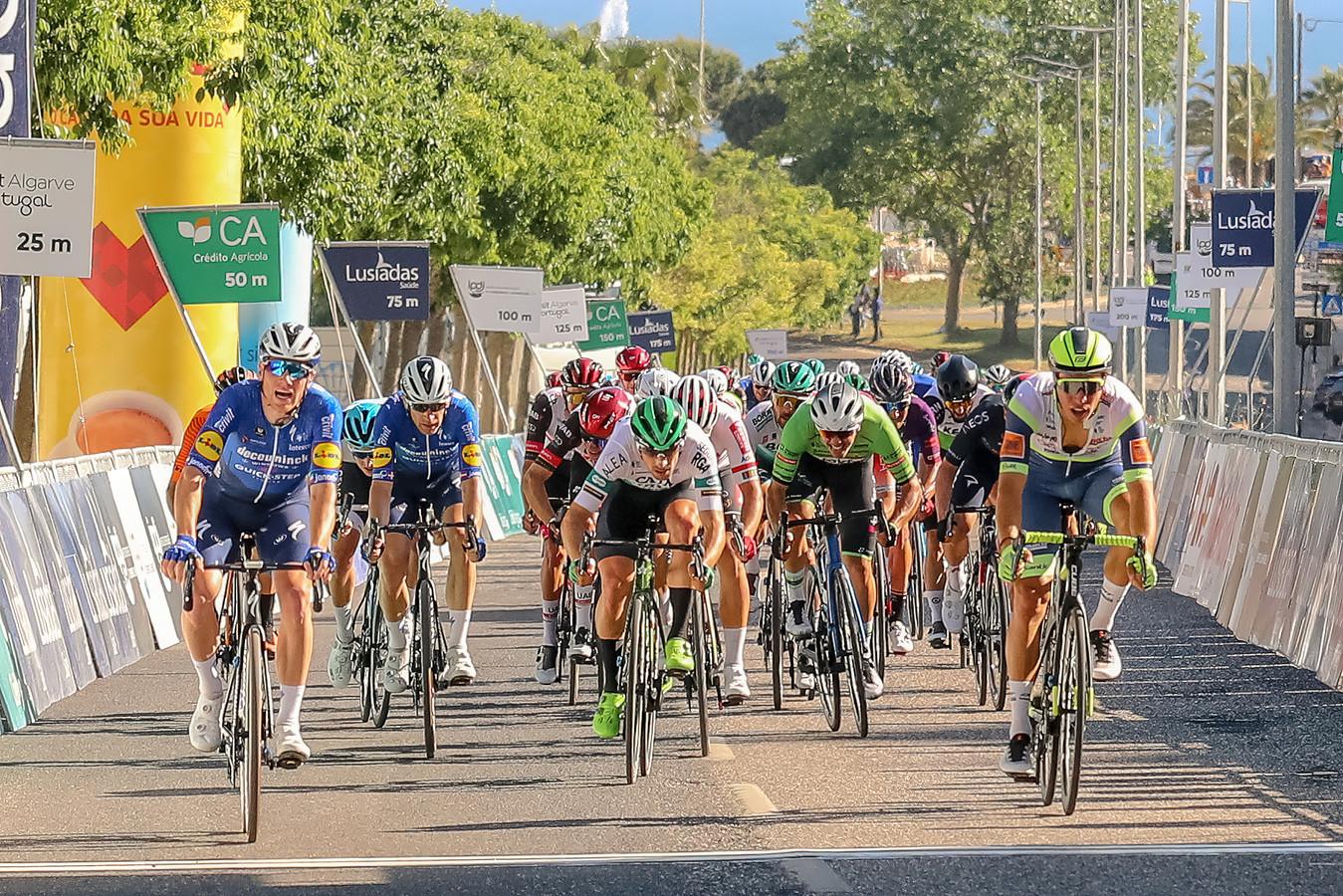 Begin dit jaar reden Danny van Poppel (uiterst rechts) en Sam Bennett (links) in de Ronde van de Algarve nog tegen elkaar. Toen won Bennett. Nu kijkt Van Poppel er naar uit om de Ier te helpen aan nog meer zeges.