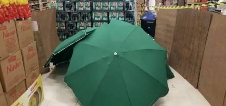 Dode man in Braziliaanse supermarkt weggemoffeld onder paraplu's