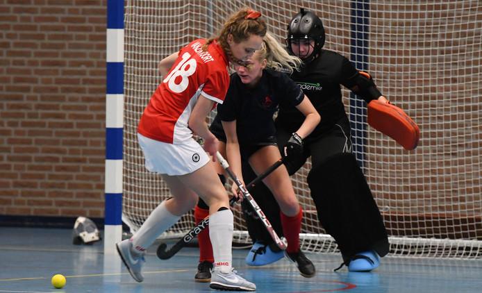 Maxime-Rose Troost (midden, donker shirt) probeert een tegenstander weg te houden van het doel van Geldermalsen.