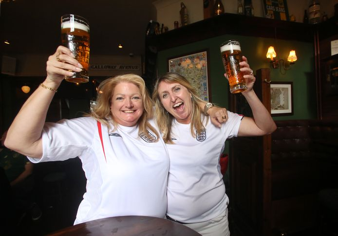 Kelly en Jane zijn als zoveel Engelsen helemaal voetbalmaf.