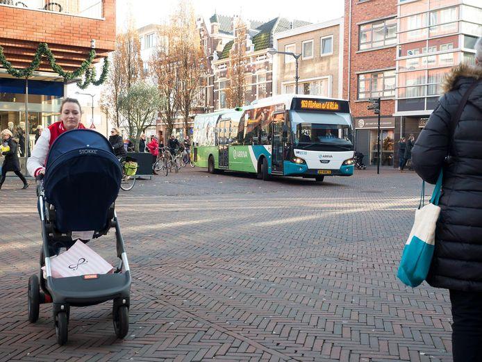 Grote bussen in winkelgebied, daar wil de gemeente Alphen vanaf. Maar vervoerder Arriva heeft nog geen keiharde toezegging gedaan, aldus wethouder Kees van Velzen.