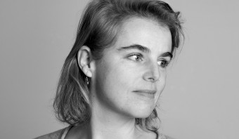 In een gedicht van Miriam Van hee is de Syrische Aylan Kurdi er weer even