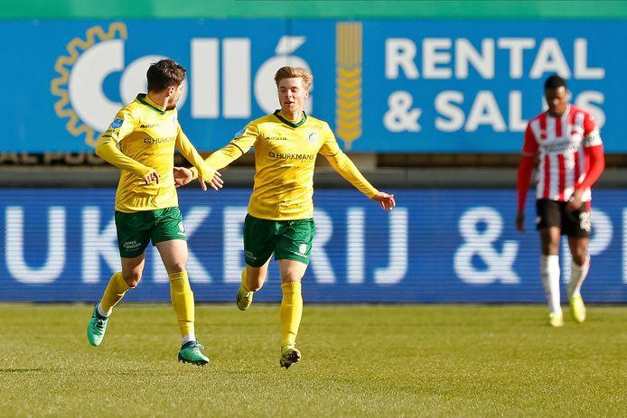 Spelers van Fortuna vieren de 1-2 tegen PSV.