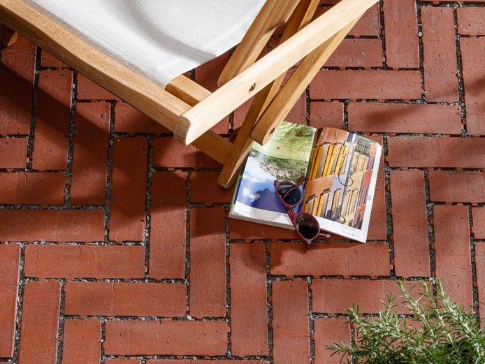 Posez les pavés assez près les uns des autres en laissant un joint de 1 à 2 mm de large que vous remplirez de gravillons ou de sable lavé.