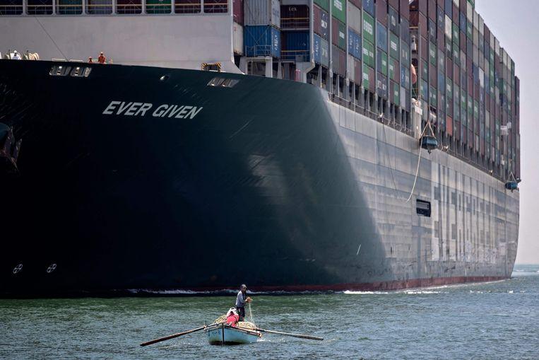 De Ever Given in het Suezkanaal. Beeld AFP