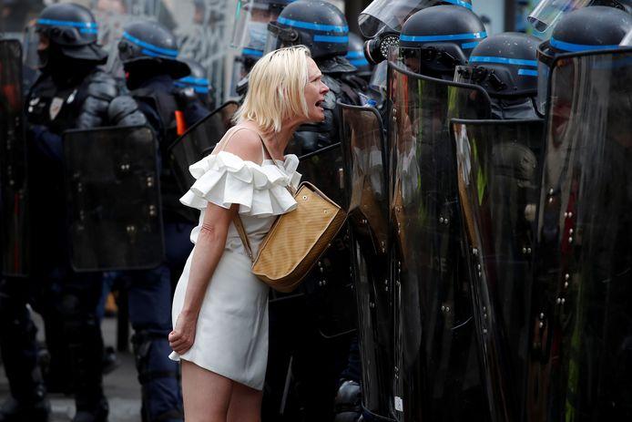 Een vrouw gaat de confrontatie met de politie aan.