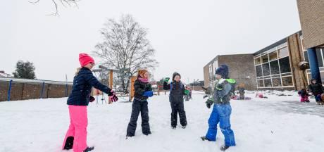 Deze kinderen uit Haaksbergen mochten wel naar school, op de slee: 'Wij hebben juist geluk'