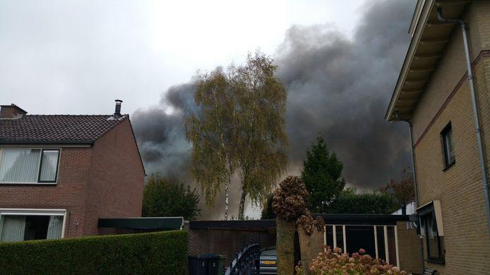 De brand in Elst ging gepaard met dikke rookwolken.