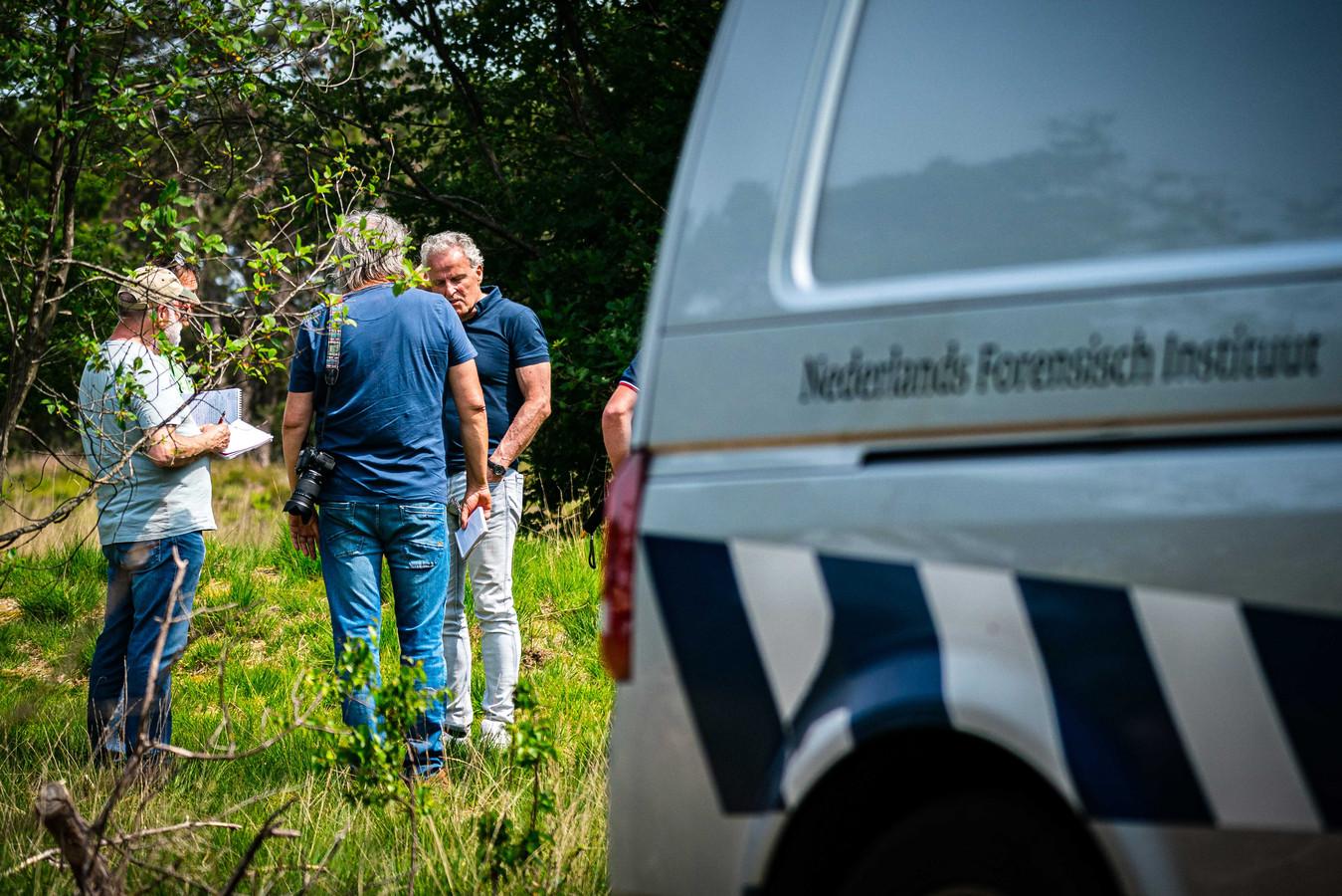Peter R. De Vries staat de pers te woord bij het politieonderzoek op de Strabrechtse Heide naar de sinds 1993 vermiste Maastrichtse studente Tanja Groen.