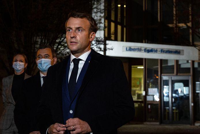 President Emmanuel Macron met naast hem de minister van Binnenlandse Zaken Gerald Darmanin bij de school in Conflans Saint-Honorine.