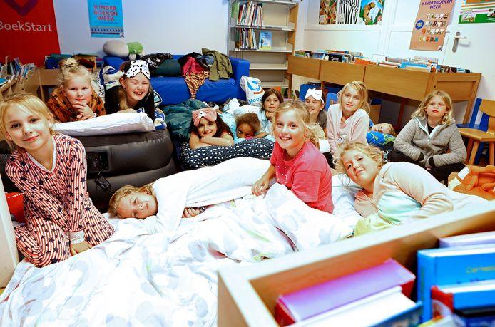 De bieb in Hazerswoude-Rijndijk. Daar mochten kinderen vorig jaar blijven slapen.