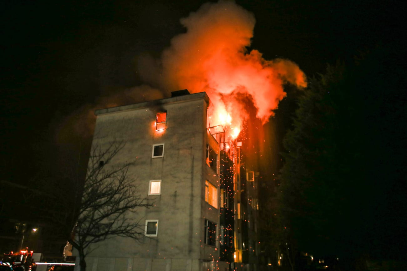 De brand in de flatwoning aan de W.H. Vliegenstraat in Dordrecht.