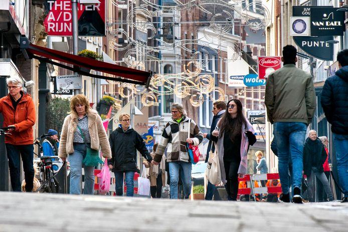Drukte in de Arnhemse binnenstad, op het moment dat winkels in coronatijd weer beperkt open mogen. Archieffoto: Gerard Burgers