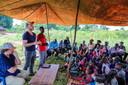 """Steven Janssens (l.) en Maarten Goethals van Eight, vorig jaar in december in Kyataruga. """"We gaan jullie twee jaar lang elke maand geld geven. Wat jullie ermee doen, is jullie zaak."""""""
