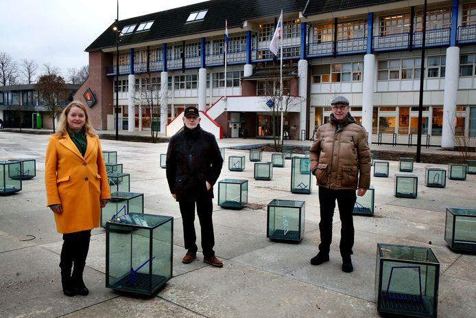 Wethouder Hendriksen (l), Teus de Wit (m) en Reinier Nieuwboer (r), op het heringerichte dokter Reilinghplein in Leerdam.