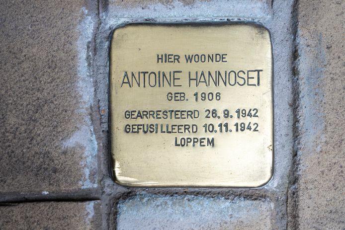 De struikelsteen bij de woonst van Antoine Hannoset.