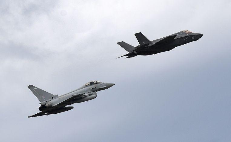 Een Amerikaanse Lockheed Martin F-35 Lightning (rechts) en een Eurofighter Typhoon tijdens een vliegshow.