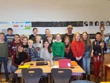 Boer Jan draaft op voor spreekbeurt over Expeditie Robinson op school in Dijkerhoek