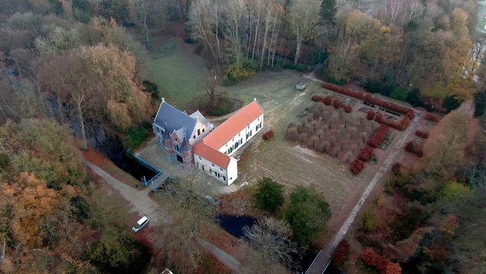 Kasteel Steenenburg, gezien vanuit de lucht.