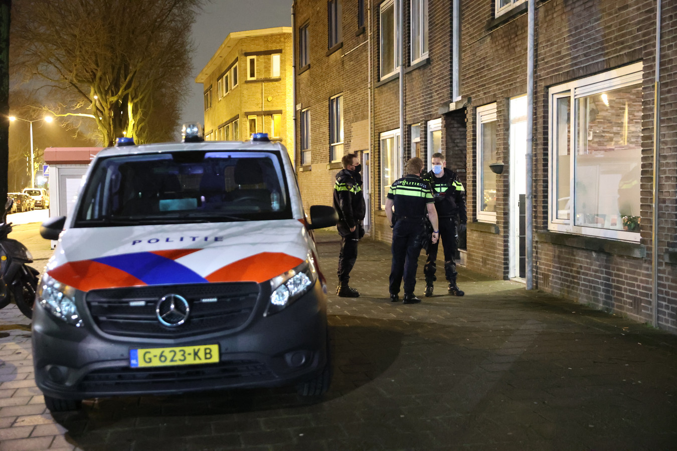 Een bewoner van het Arnold Spoelplein is afgelopen nacht overvallen door drie mannen