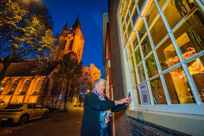 Quarantainekunst in Delft: kunstenares Noëlle van der Hagen staat met haar lichtoblect Flow aan de Oude Delft.