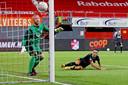 Eran Zahavi ziet een bal van Mauro Júnior langs FC Emmen-doelman Dennis Telgenkamp de goal in vliegen: 0-1 voor PSV.