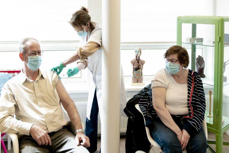 Ouderen vanaf 60 jaar worden gevaccineerd met AstraZeneca tegen het coronavirus, door verpleegkundigen in in een huisartsenpraktijk in Voorschoten. Beeld ANP